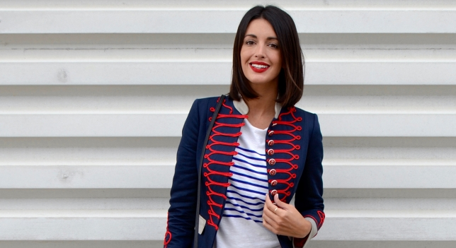 Me pareció perfecto combinarla con camiseta básica con rayas azules, jeans y stilletos rojos